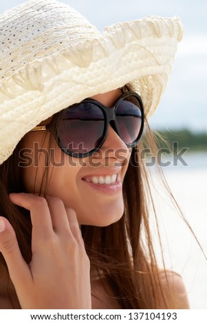 Portrait of pretty young lady in hat and sunglasses