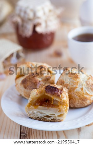 Puff buns with cheese and jam