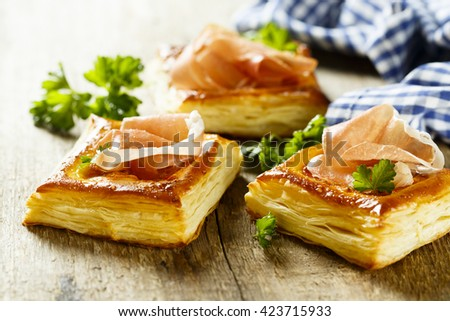 Puff pastry pies with red pesto and ham