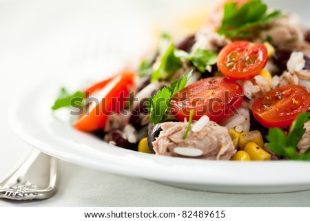Rice and vegetable salad with tuna and herbs