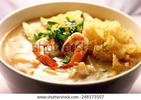 rice noodles in soups with shrimps and deep fried tofu skin.