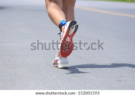Run on a public road with fitness trainers