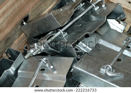 Steel hardware for fitting electrical cable with steel tower