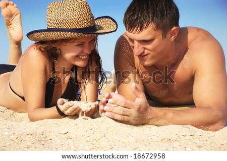 The boy and girl play sand