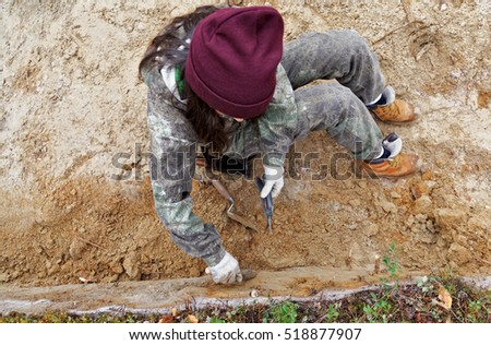 The girl-archaeologist of the excavation wall evens