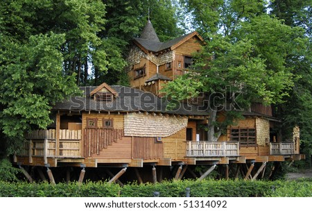 The massive structure of Alnwick Treehouse