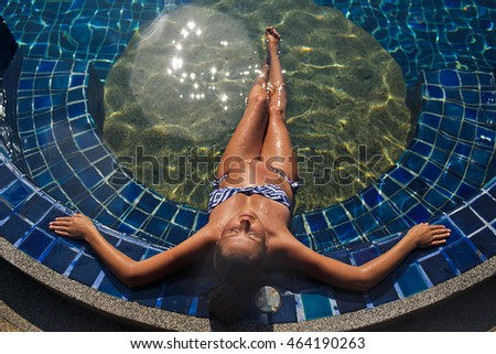 The pregnant lady lies in pool