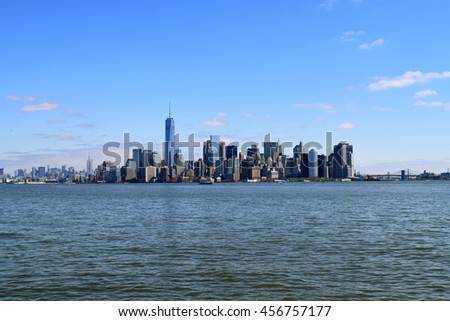The southern tip of Manhattan Island from New York Harbor, with the Brooklyn and Manhattan Bridges to the right.