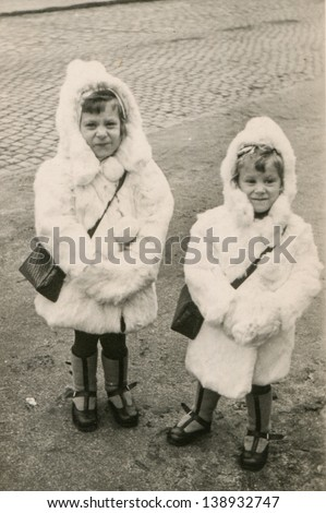Vintage photo of little girls (fifties)