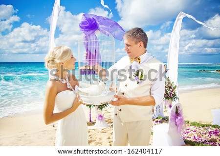 wedding in bali - couple holding doves