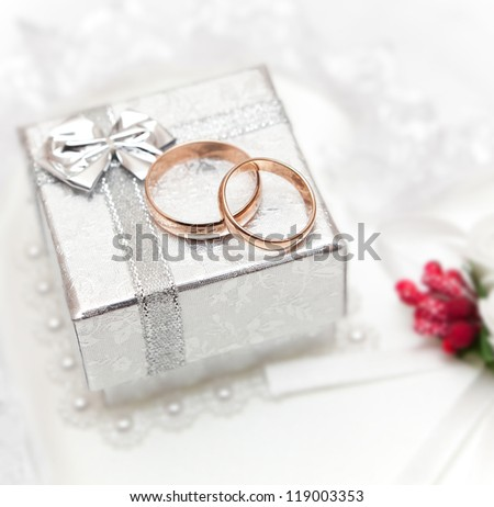 Wedding rings, gift box and flowers for the bride.