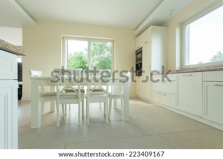 Scandinavian white minimalist living kitchen open stock - Table cuisine blanche ...
