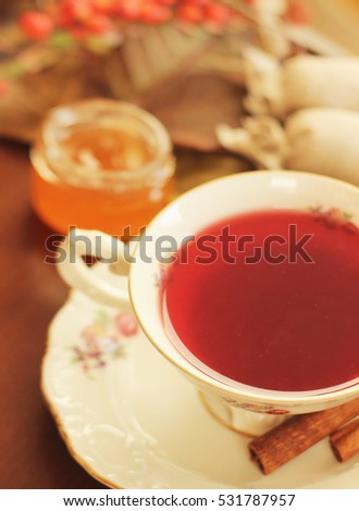 Winter break: spicy red tea with cinnamon sticks and cookies
