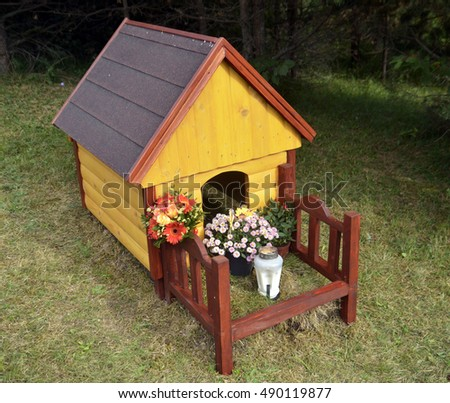 Wooden dog house as a monument on the grave