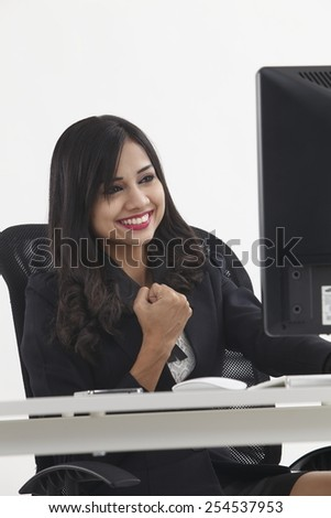 work woman in front of the computer