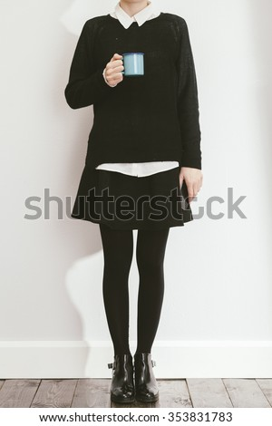 young blogger posing with black skirt and sweater