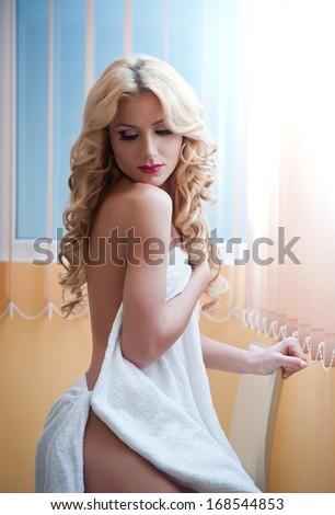 блондинка в полотенце фото